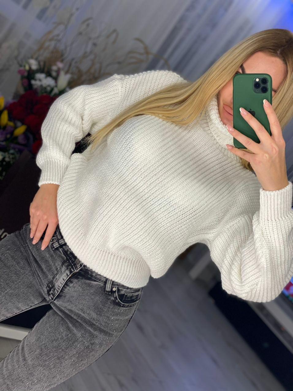 Объемный женский свитер крупной вязки с воротни ...