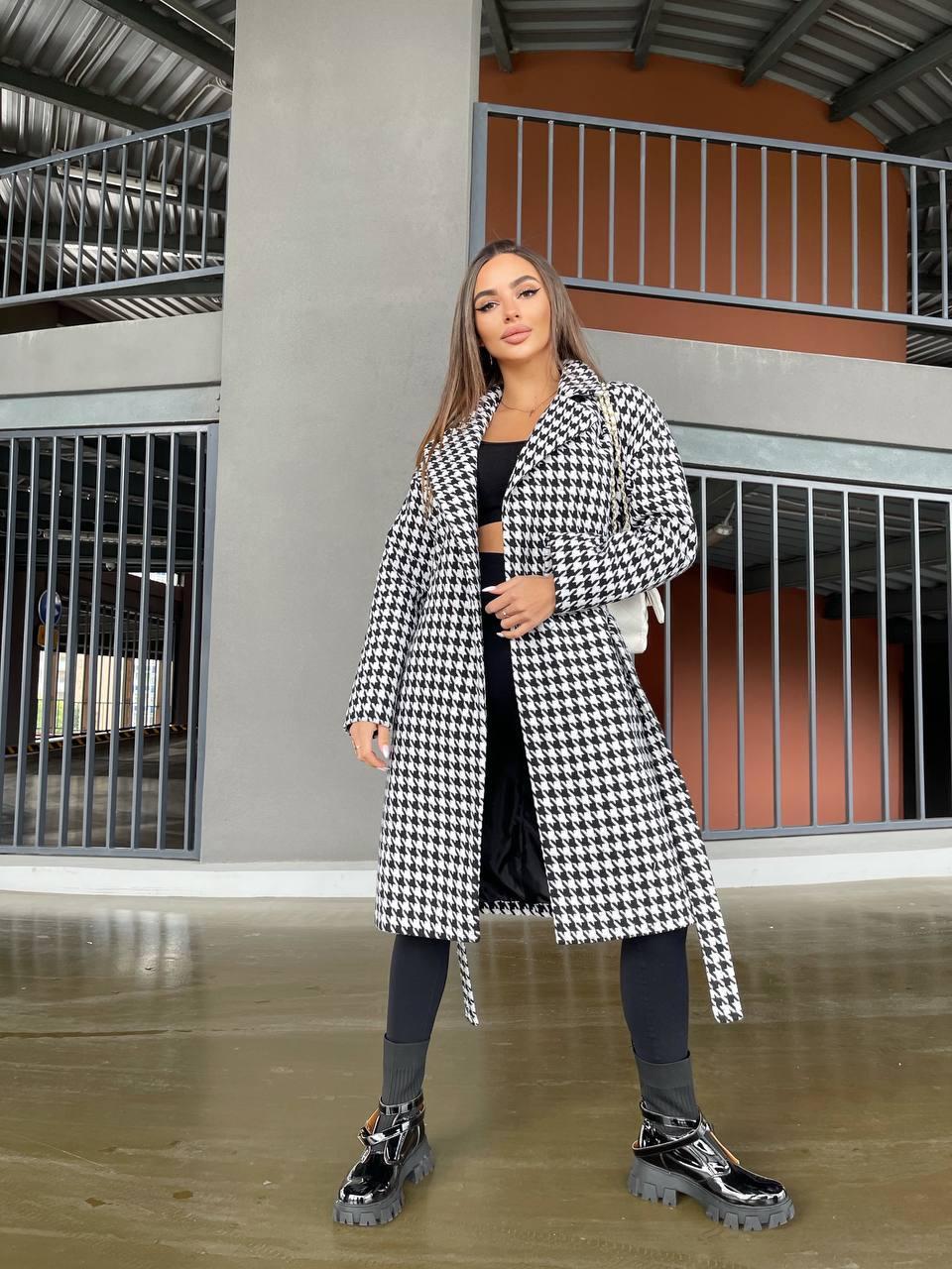 Стильное длинное пальто в клетку на осень